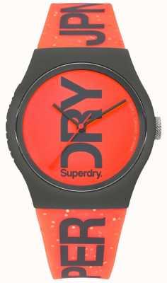 Superdry Urban rotes Zifferblatt schwarzes Gehäuse aus Kautschuk SYL189CE